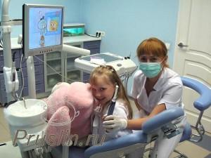 стоматолог и ребенок с игрушкой