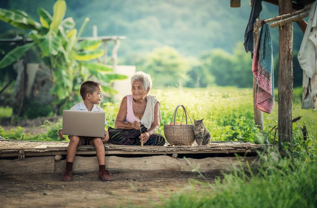 Бабушка будет чувствовать себя более достойно и спокойно с поддержкой робота, а не членов семьи