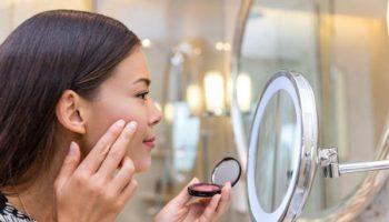 5 средств для макияжа, которые лучше наносить пальцами, а не кисточками