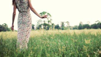 Как носить платья в цветочек и не выглядеть простушкой