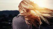Почему с возрастом волосы становятся тоньше и как сохранить их природный объем