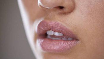5 способов увлажнить и защитить губы от шелушений