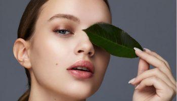 Почему коже вокруг глаз необходим отдельный крем, и как его правильно наносить?