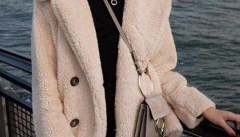 Стильная вещь или халат на выход: как правильно носить пальто из плюша